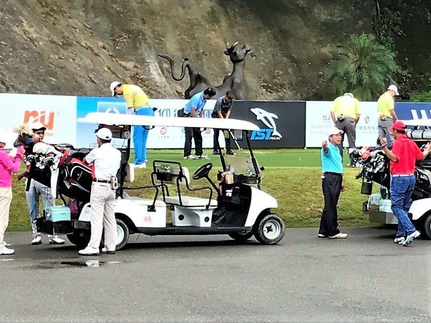 台中市霧峰高爾夫球場的高爾夫球車停車棚凌晨4時突然起火,雖20多輛高爾夫球車燒毀...