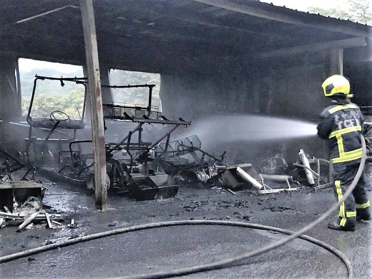 台中市霧峰高爾夫球場的高爾夫球車停車棚凌晨4時突然起火,消防局據報趕往搶救,所幸...