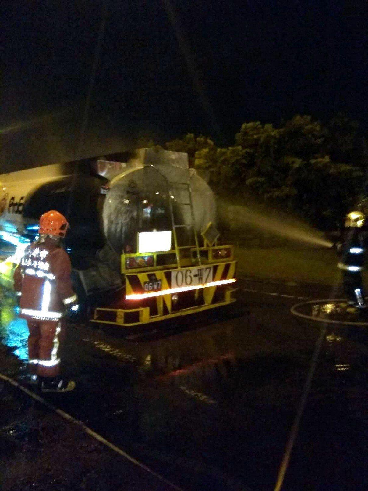 油罐車在國道岡山地磅站起火,消防隊正滅火。記者林保光/翻攝