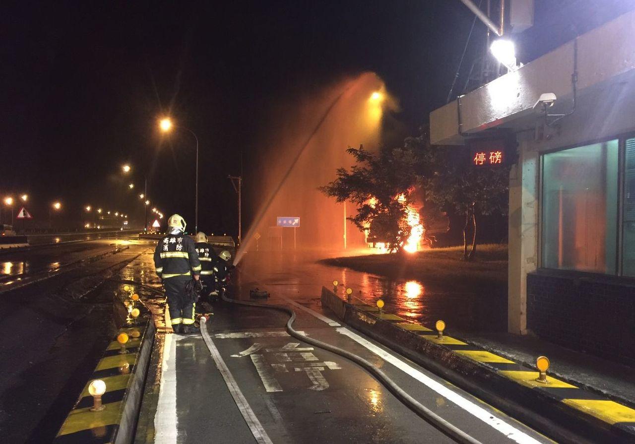 油罐車在國道岡山地磅站起火,司機隨即開轉入地磅站旁的分裝場,消防隊正滅火。記者林...