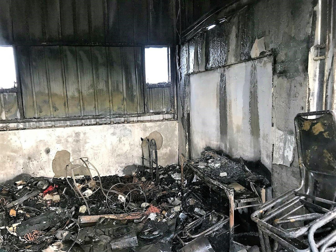 台中市大里區公教街一處民宅5樓搭建的神明廳清晨5時許突然起火,神明廳付之一炬。圖...