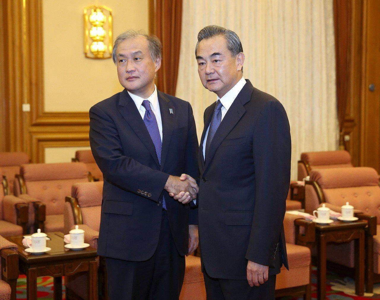 8月29日中國國務委員兼外交部長王毅在北京會見來訪的日本外務事務次官秋葉剛男。 ...