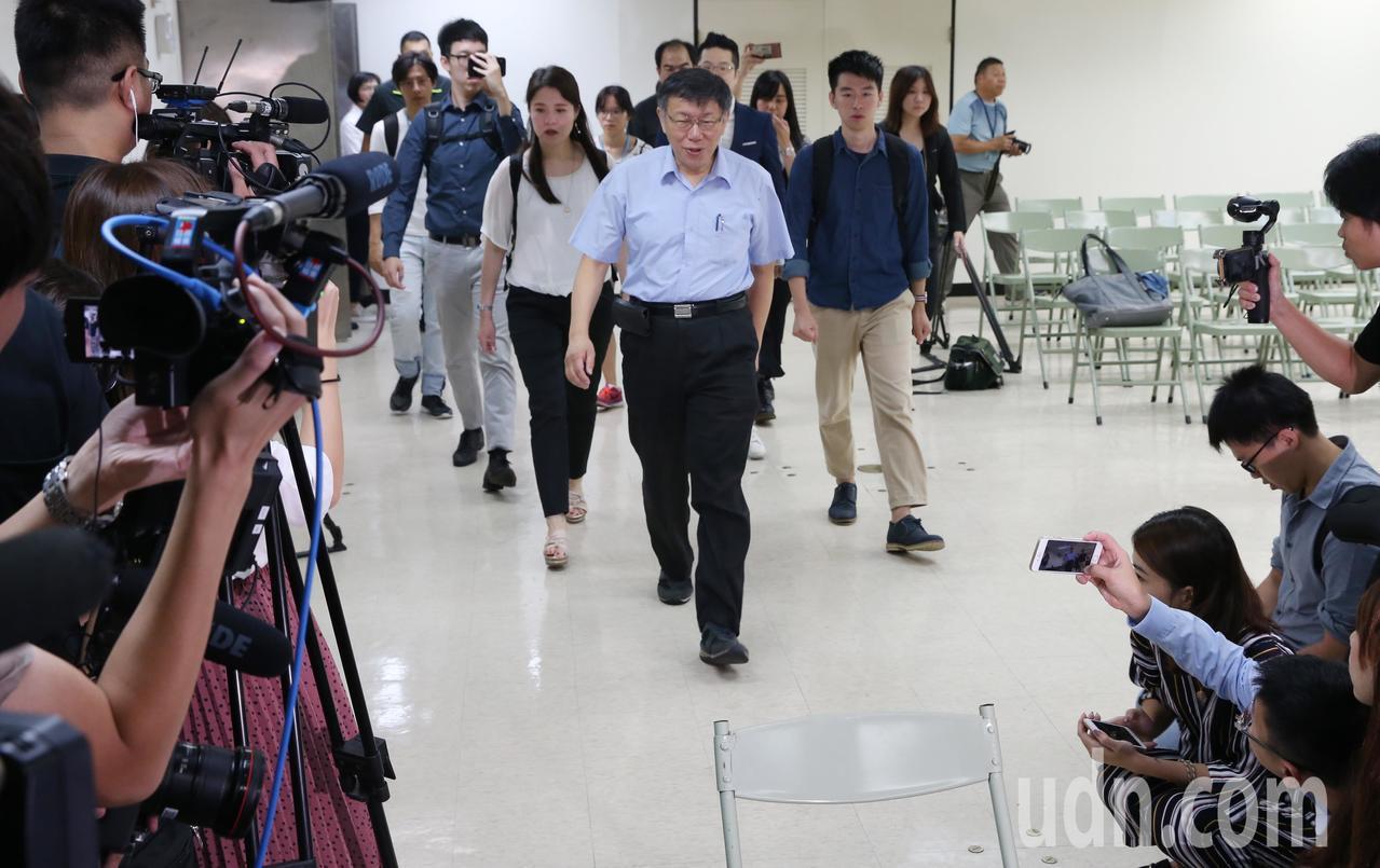 柯文哲上午赴台北市選委會,登記參選連任台北市長。記者林俊良/攝影