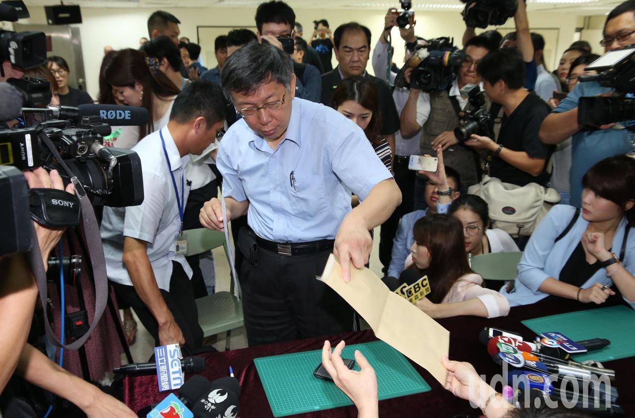 柯文哲上午赴台北市選委會,登記參選連任台北市長 。記者林俊良/攝影