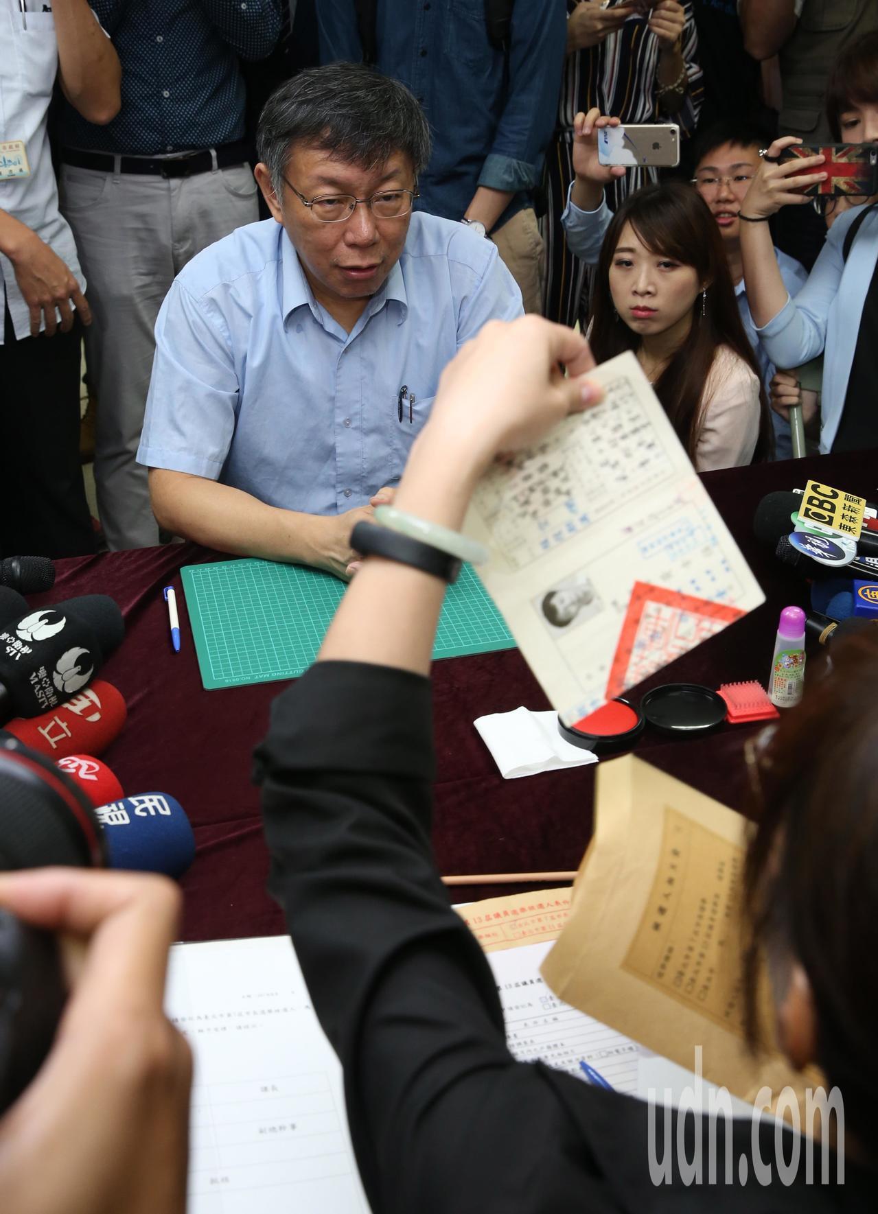 柯文哲上午赴台北市選委會,登記參選連任台北市長,連退伍令都帶來查證 。記者林俊良...