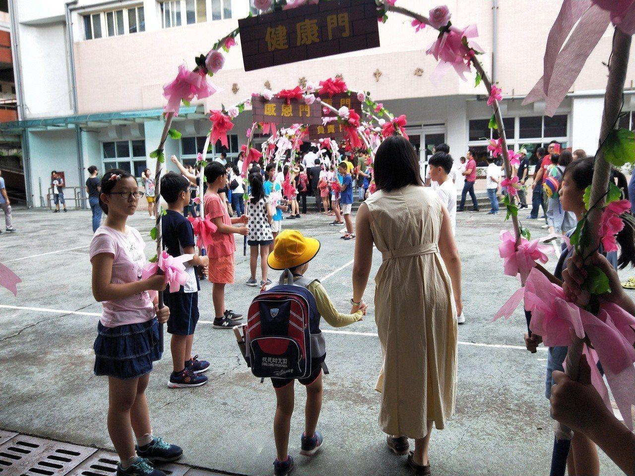 基隆市長林右昌上午7點40分到安樂國小進行開學迎新活動。記者游明煌/攝影