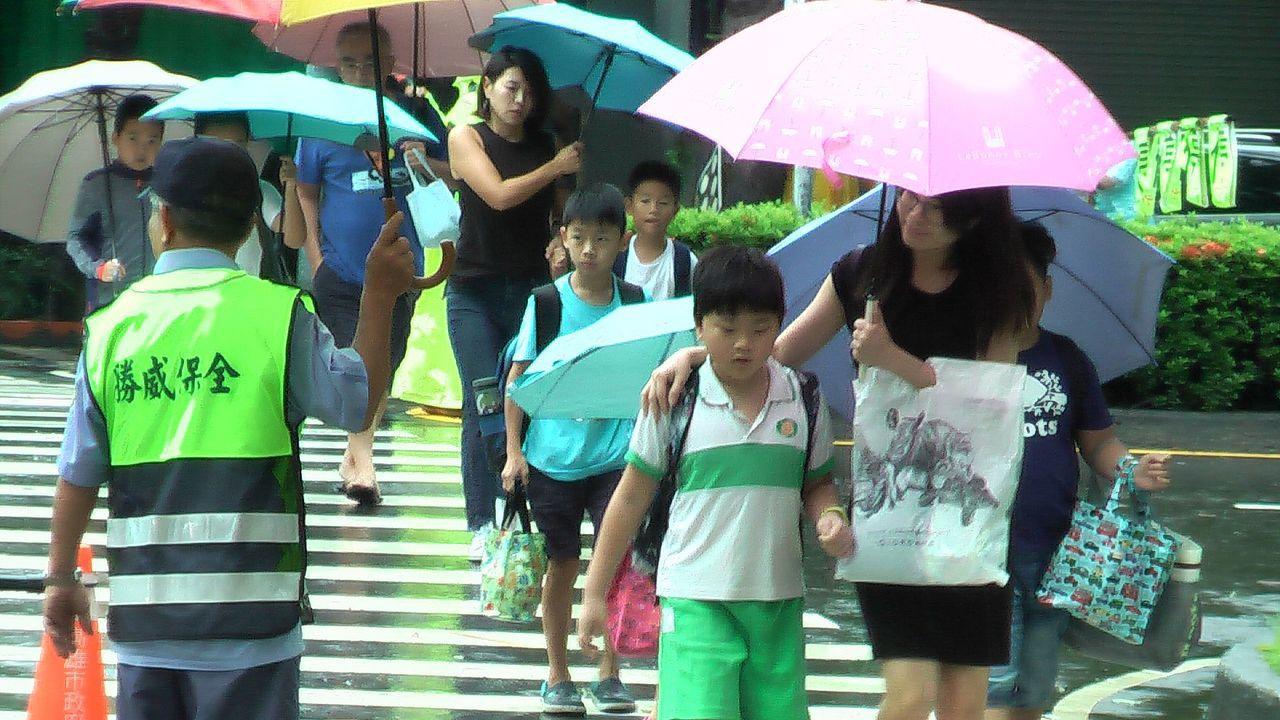 高雄市各級學校今天在雨中開學。記者徐如宜/攝影