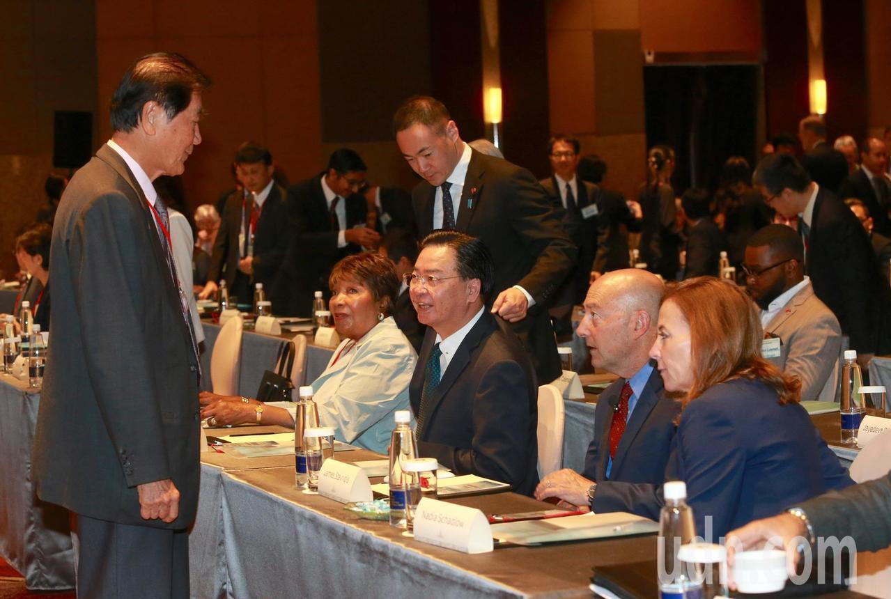 台美日三方合作舉行的「2018印太安全對話」,外交部長吳釗燮(右三)、遠景基金會...