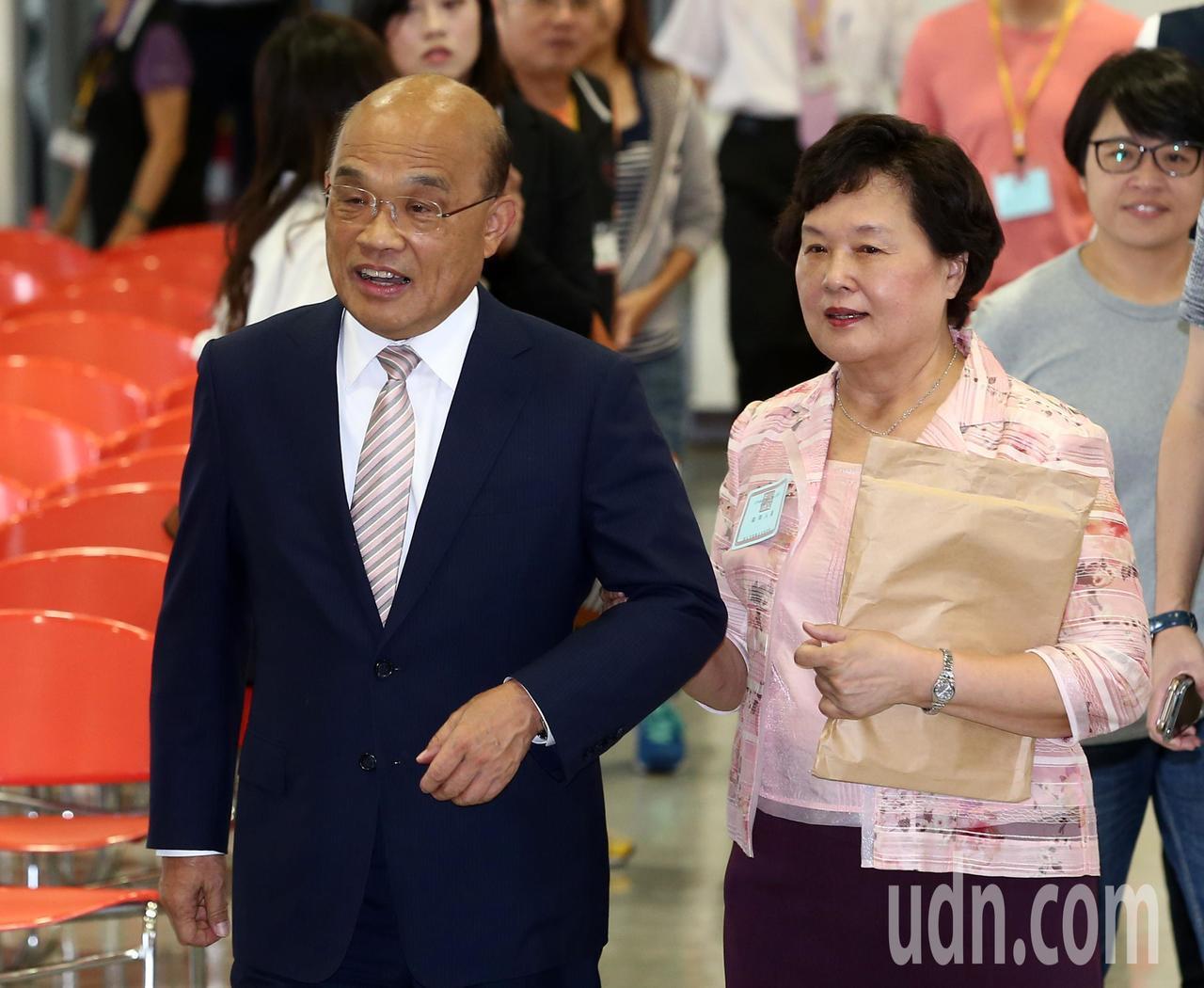 蘇貞昌(左)與夫人詹秀齡上午到新北市選舉委員會登記參選新北市長。記者林澔一/攝影