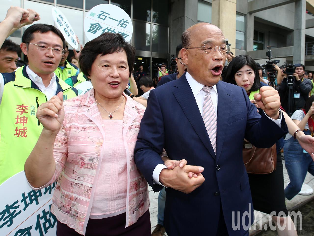 蘇貞昌(右)與夫人詹秀齡上午到新北市選舉委員會登記參選新北市長。記者林澔一/攝影