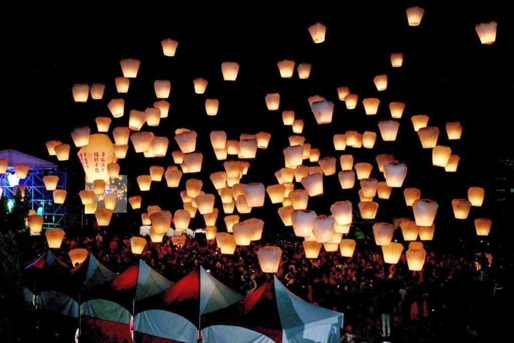 過去先民透過施放天燈來祈求一年的希望。圖/摘自平溪天燈節官網