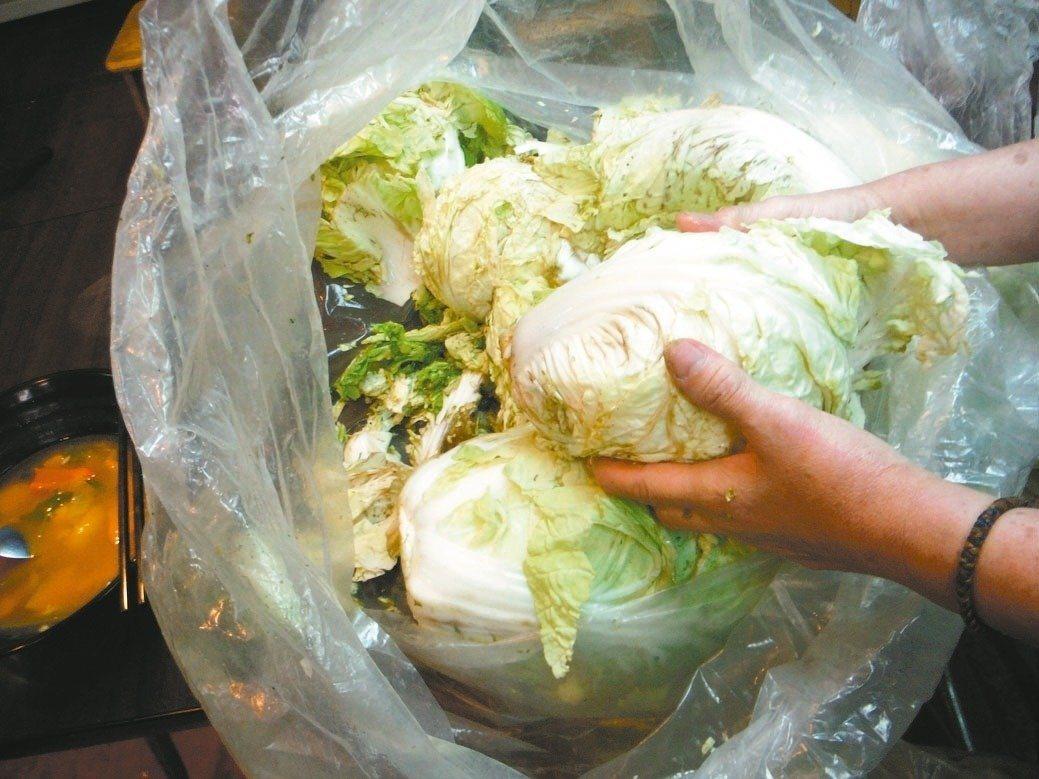 台北市衛生局去年稽查餐飲業者使用「垃圾菜」,卻誤植業者店名得賠償5萬元。資料照,...