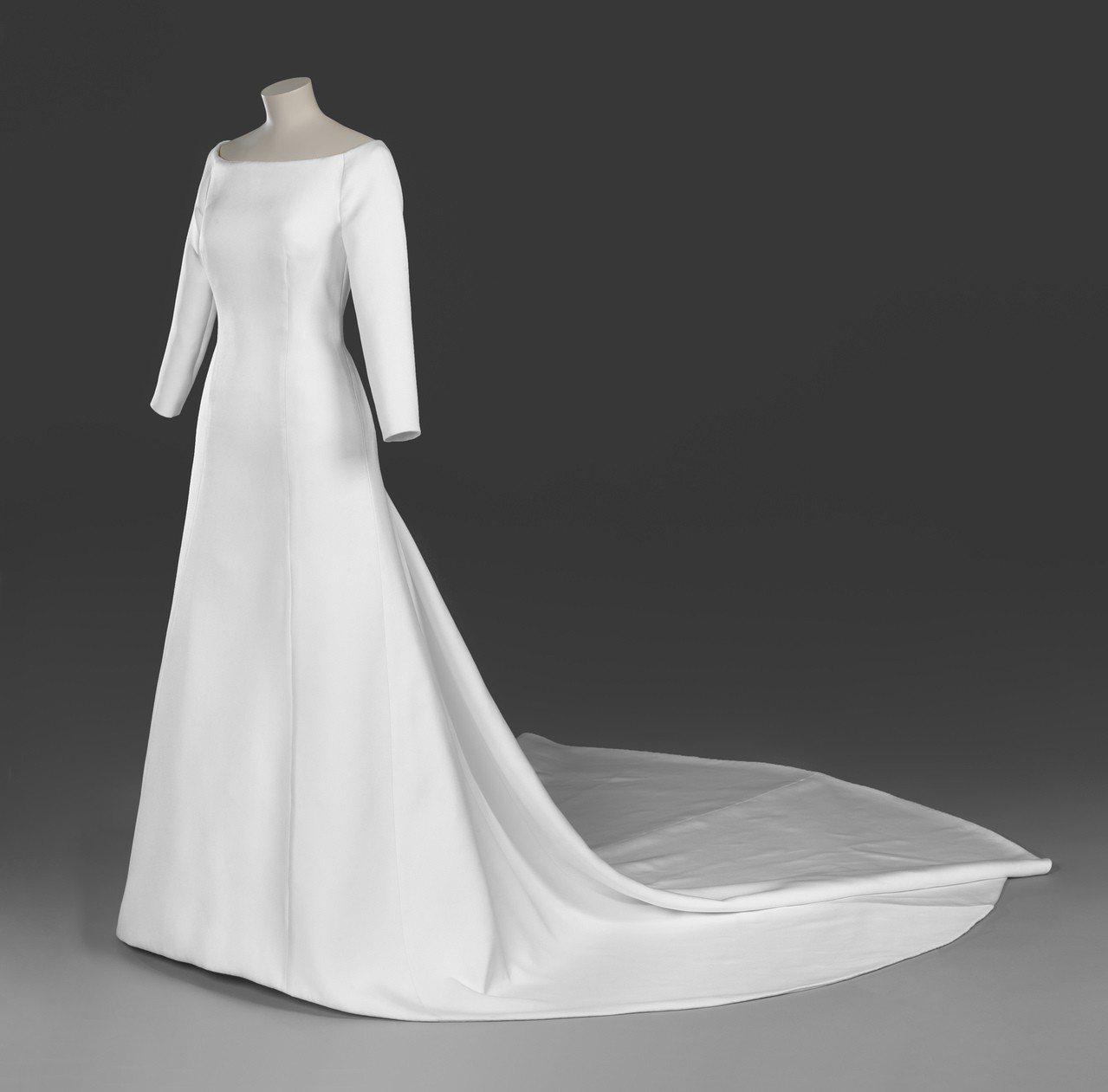 紀梵希藝術總監Clare Waight Keller為梅根世紀婚禮打造的婚紗將於...