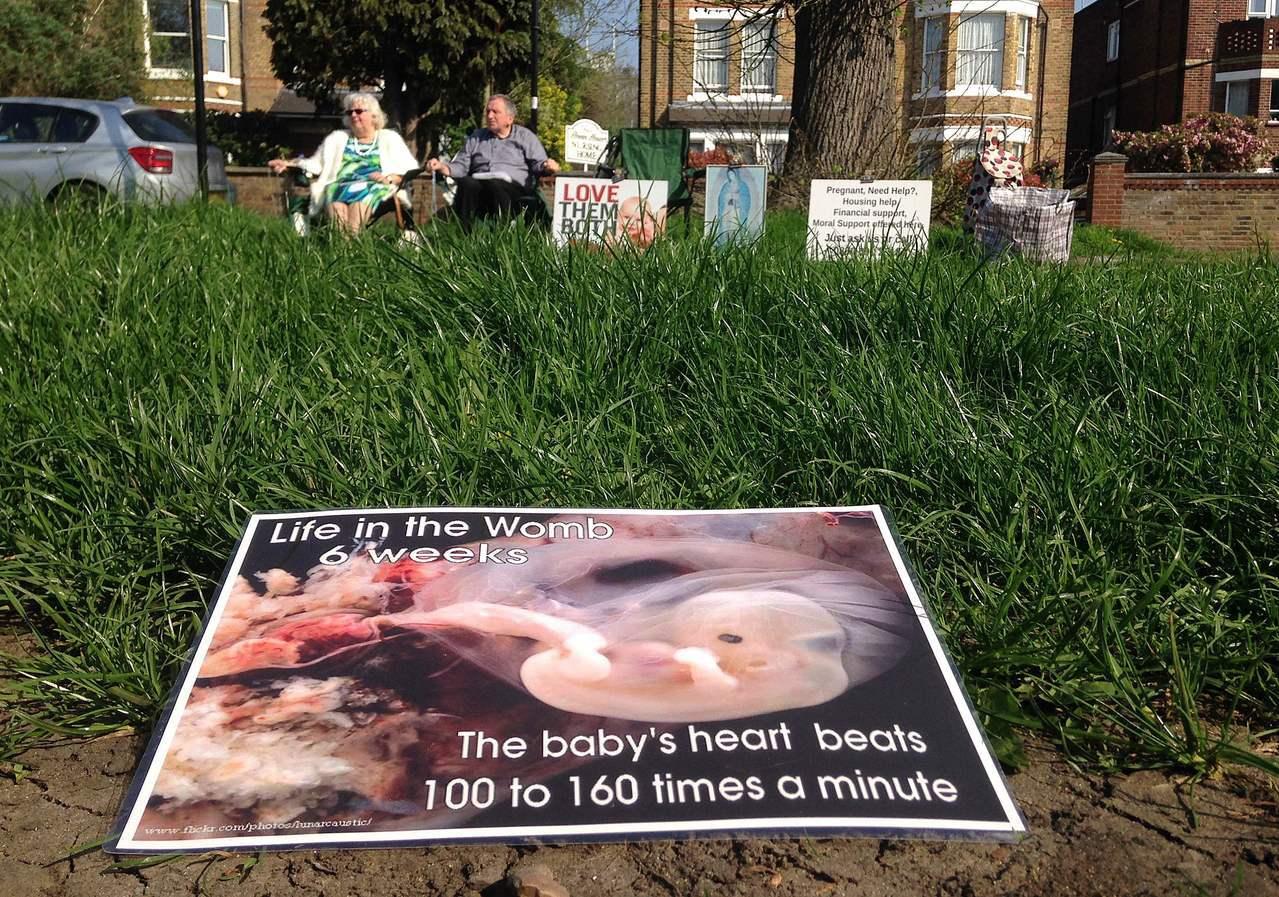 英國反墮胎人士在路旁放置胚胎照片表達立場。法新社