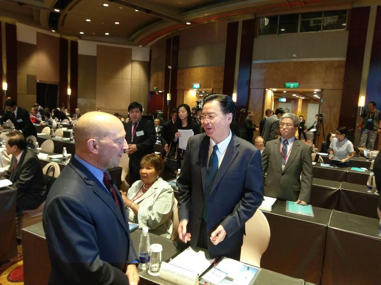 史塔福(左)和外交部長吳釗燮(右)。記者徐偉真/攝影
