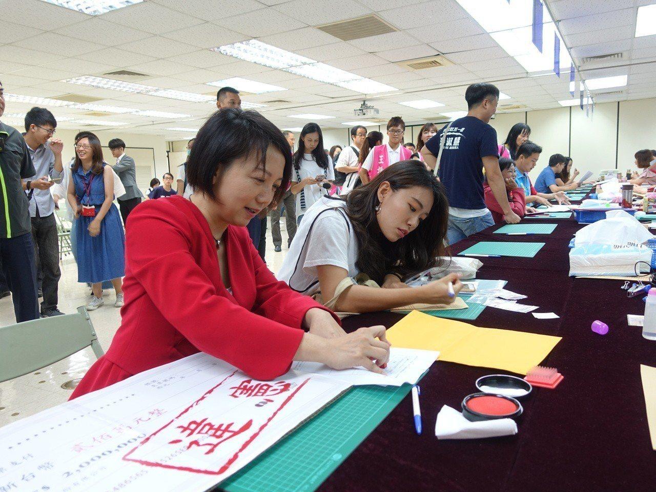 社民黨主席范雲今前往台北市選委會登記參選市長,不過相較於其他市長參選人備妥200...