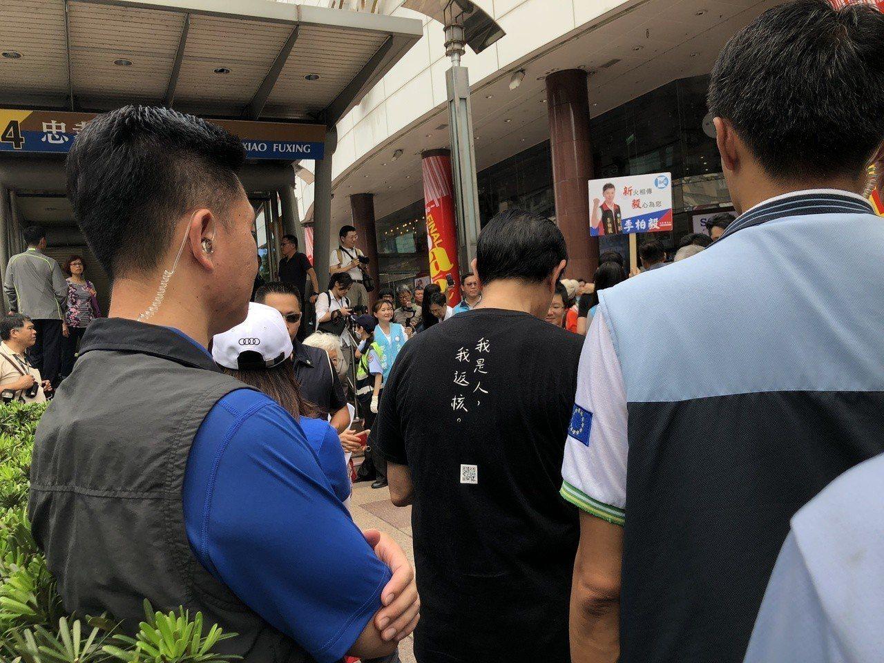馬英九今穿上「我是人,我返核」黑衣上街頭發連署書。記者陳靖宜/攝影