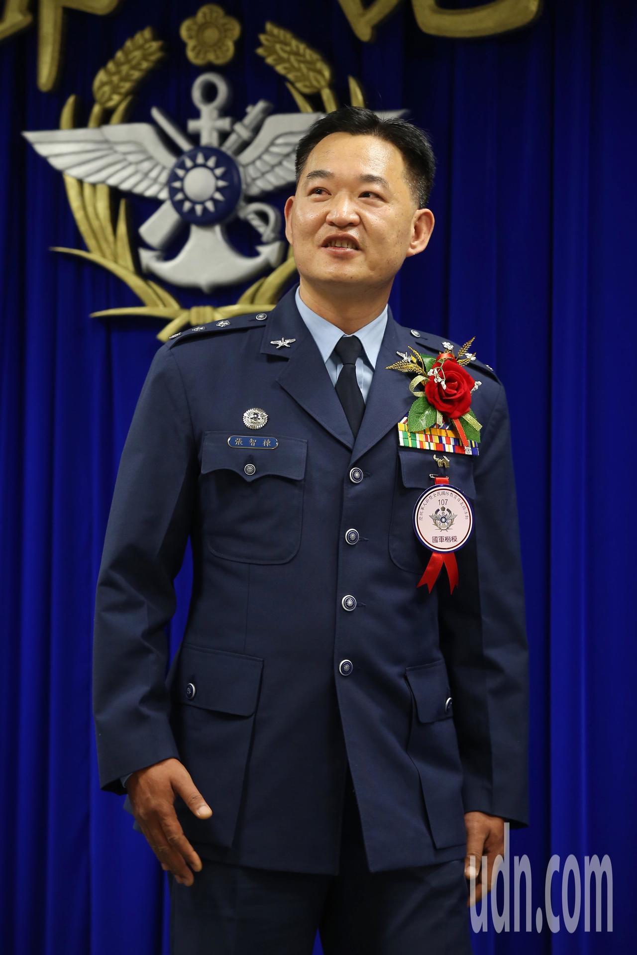 國軍楷模空軍第六混合聯隊第十空運大隊上校大隊長張智棟,曾在花蓮強震時,執行傷患後...