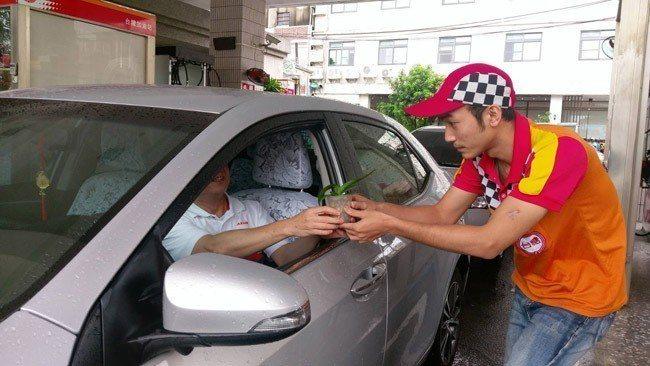 台糖加油站9月起加油就送蝴蝶蘭苗 圖/台糖提供