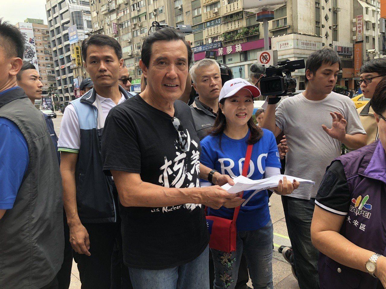 馬英九今在台北街頭發放以核養綠連署書。記者陳靖宜/攝影