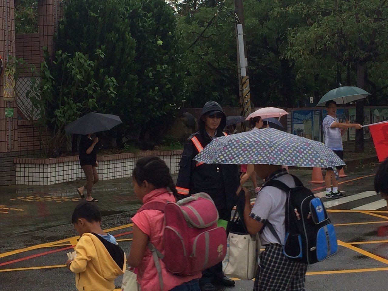 台南大雨不斷,今天各學校開學,南市警歸仁分局也針對轄區內23間國小執行「護童專案...