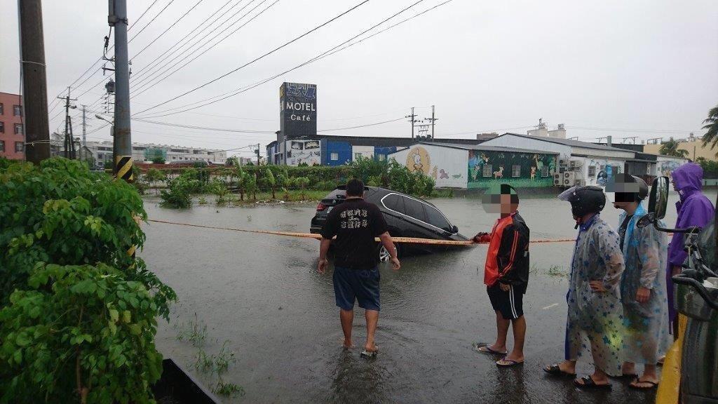 屏東東港鎮一輛BMW休旅車28日不慎車頭開進田裡拋錨。記者蔣繼平/翻攝