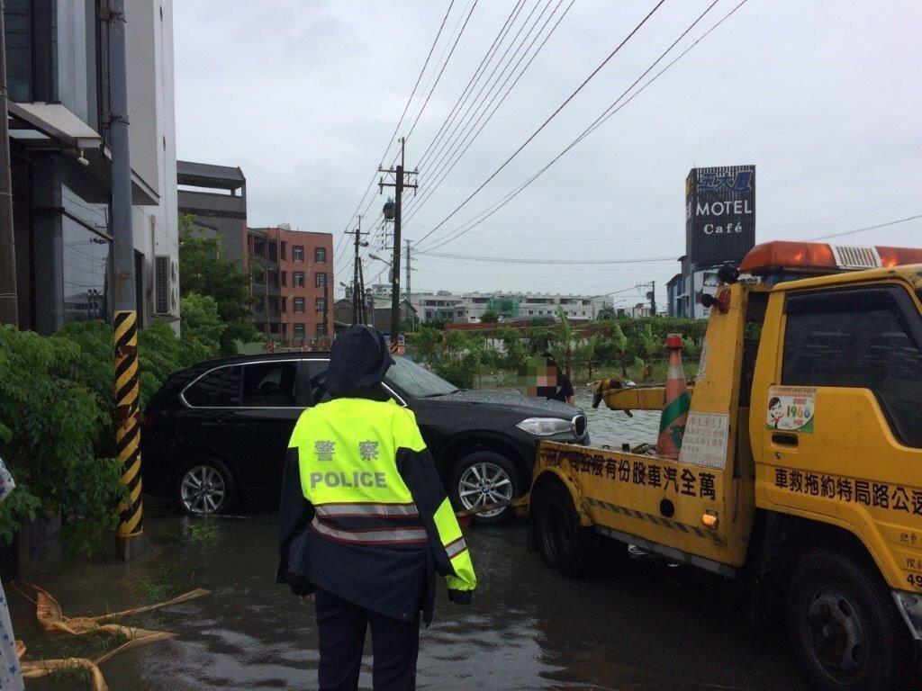 東港警察分局員警獲報到場協助通報拖吊車救援。記者蔣繼平/翻攝