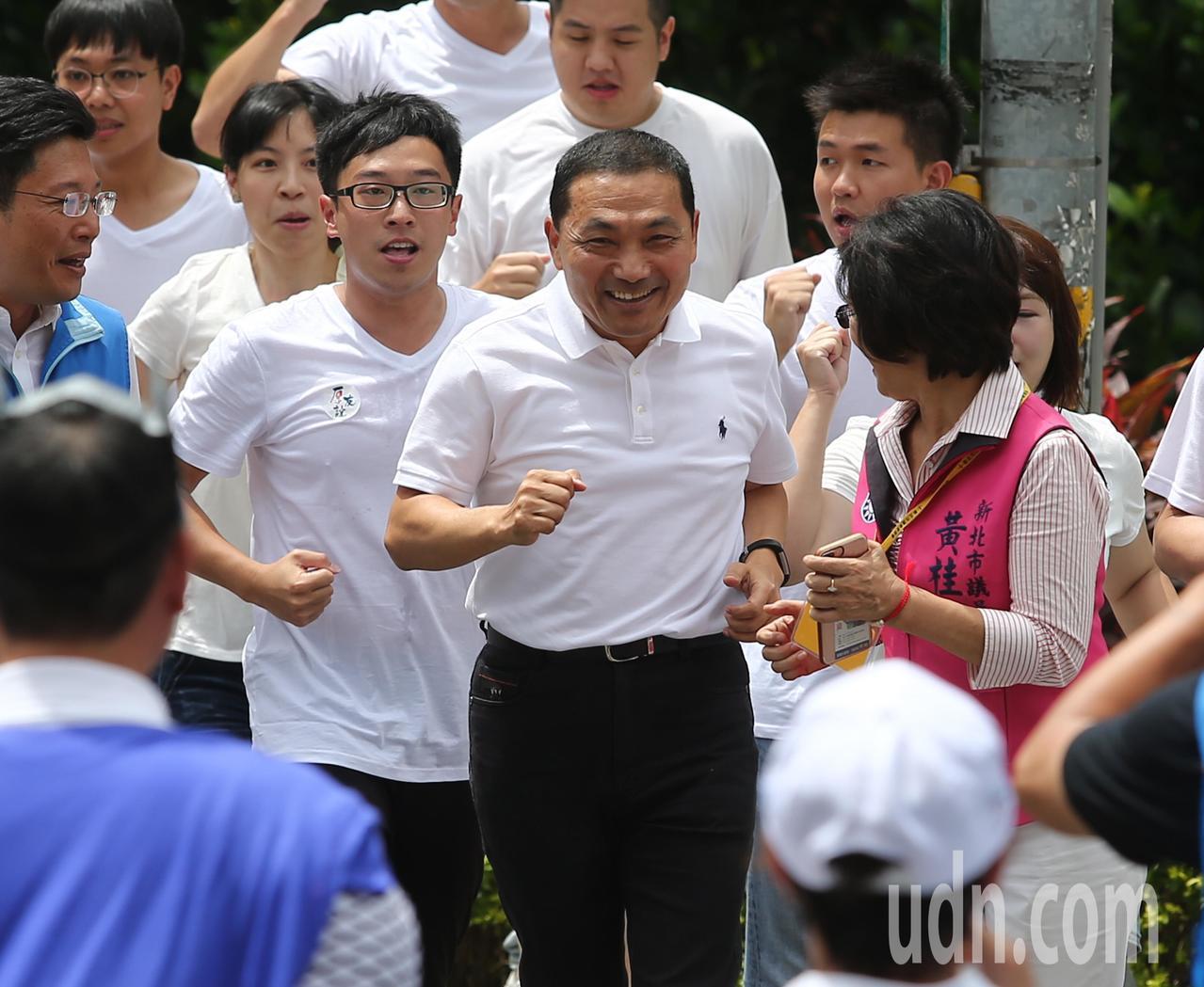 國民黨新北市長參選人侯友宜,上午跑步到新北市選舉委員會登記。記者林澔一/攝影