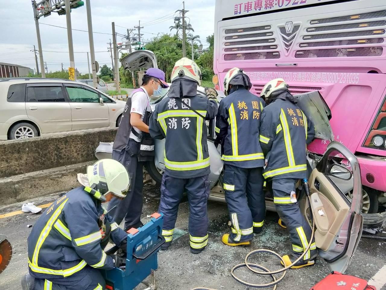 消防人員用破壞器材撐開轎車有更多空間救人。記者鄭國樑/翻攝