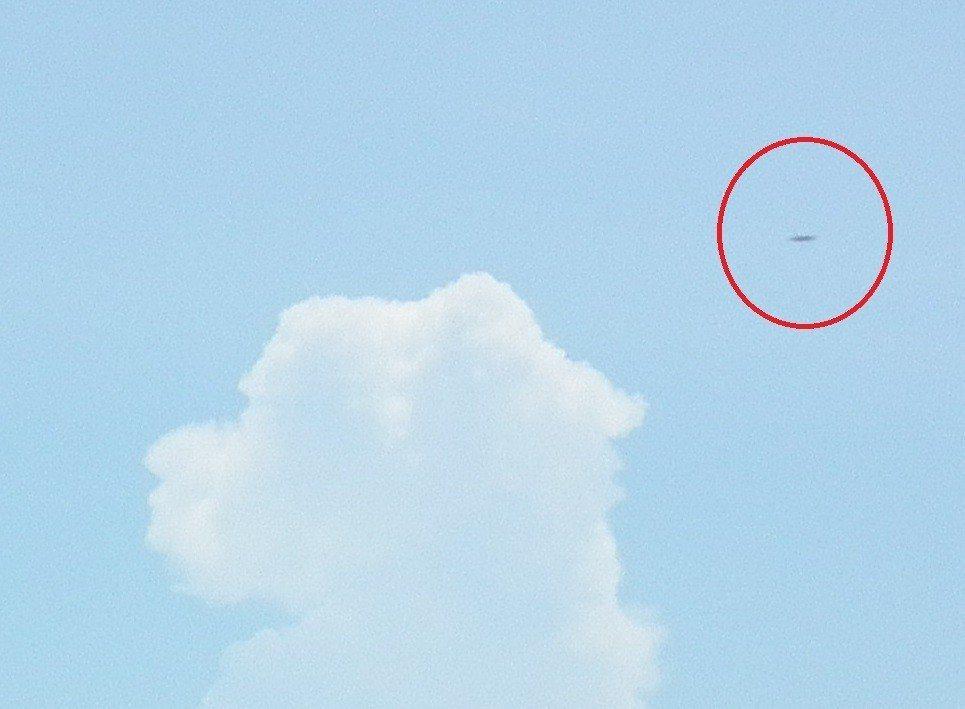 攝影專家看到照片後,認為照片沒經過修圖,但這飛行物體,有可能是大型鳥類或空拍機等...