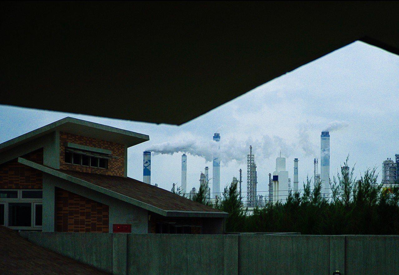 自橋頭國小許厝分校望向僅900公尺遠的六輕工廠。圖/紀錄片導演詹皓中提供