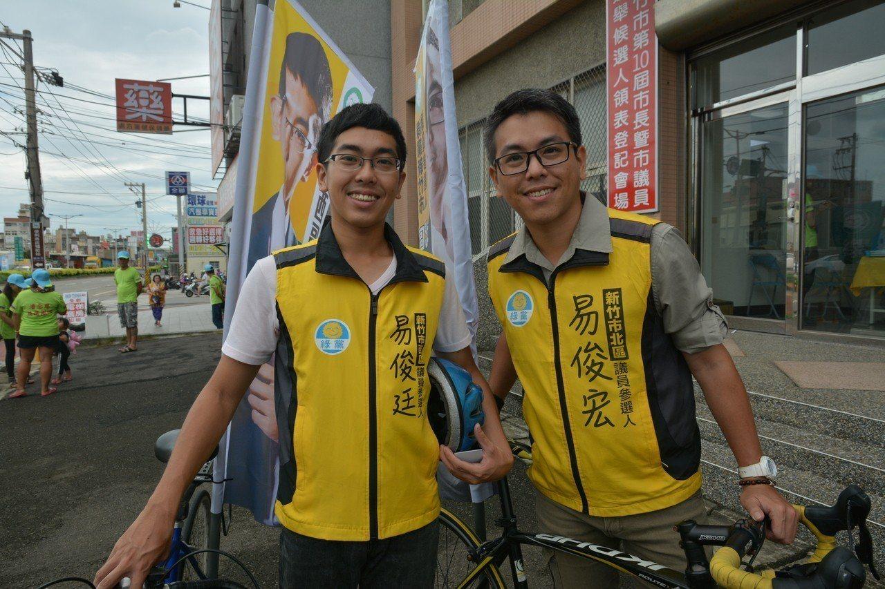 易俊宏(右)與弟弟易俊廷(左)分別參選新竹市北區與西區市議員,兄弟檔打出「新竹新...