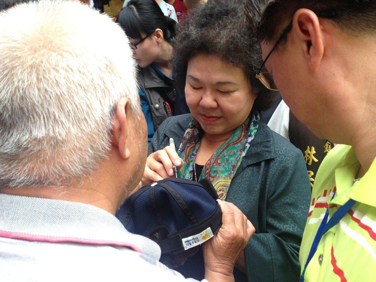 陳菊(中)今天參加義民祭,民眾熱情索取簽名。記者郭宣彣/攝影