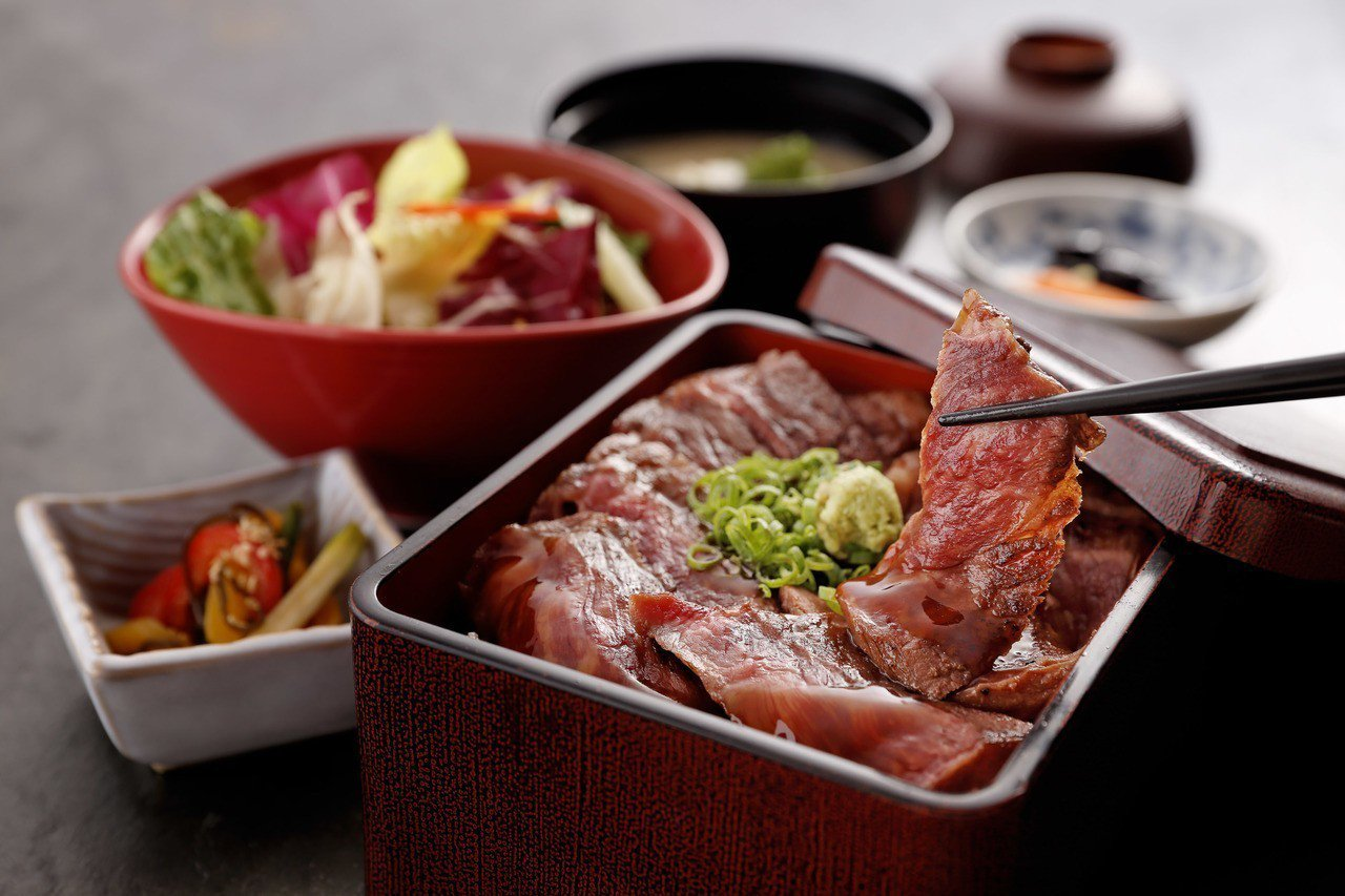 使用「芸彰牧場」牛肉製作而成的牛排重套餐,每套710元。圖/鳥丈提供