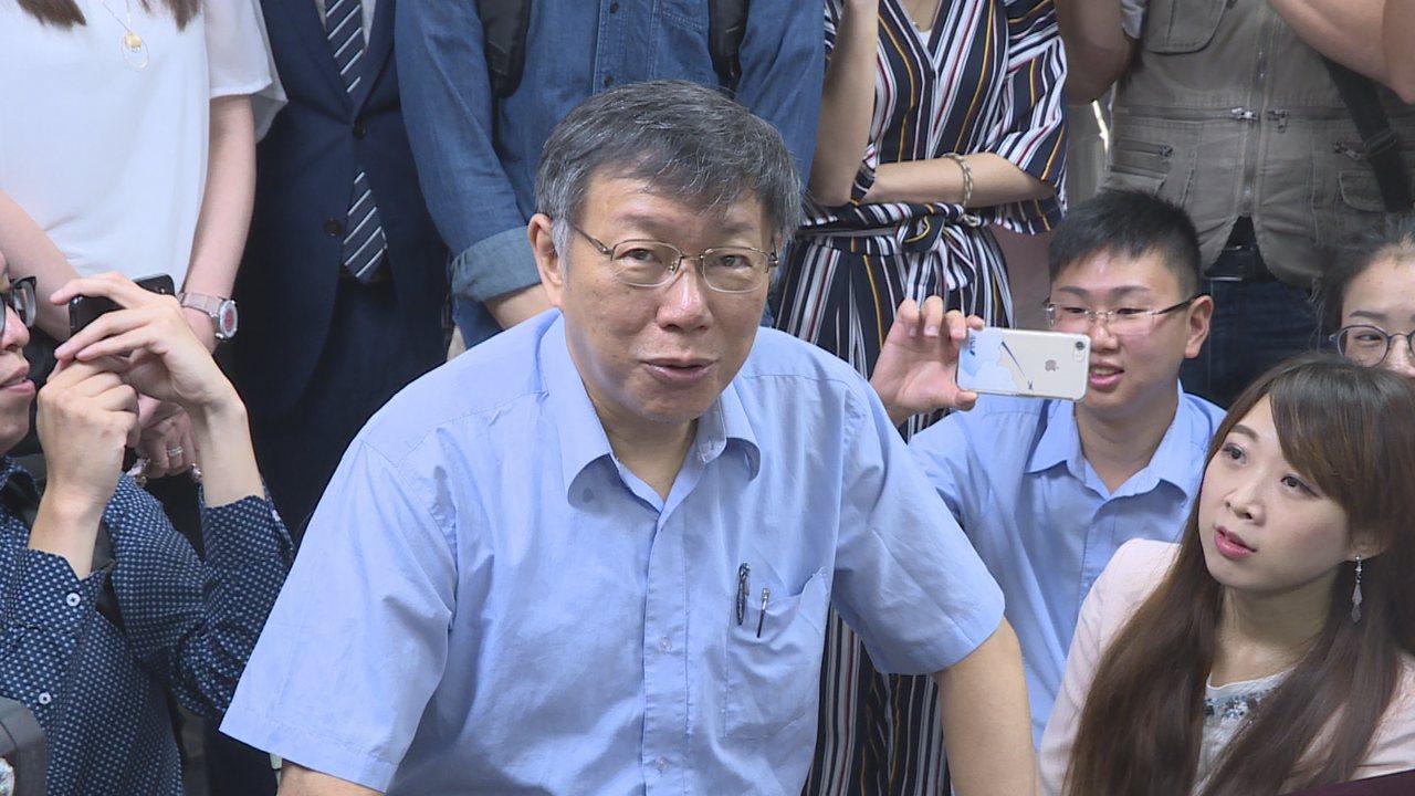 台北市長柯文哲30日在幕僚陪同下,前往台北市選委會登記參選市長。記者顏凱勗/攝影