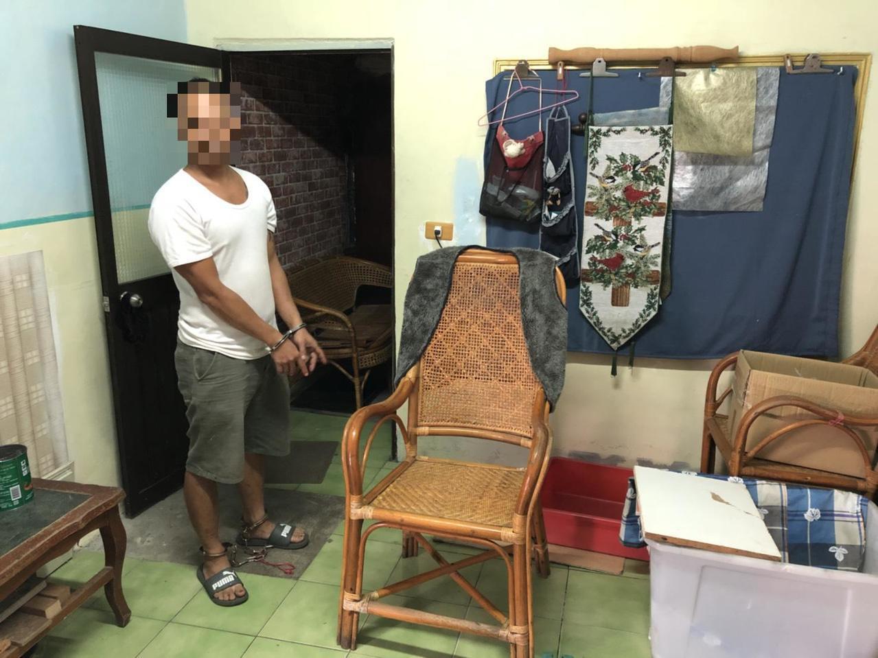 林姓嫌犯向警方指出當時吳姓死者就坐在這張椅子吸毒過量猝死。記者蔣繼平/翻攝