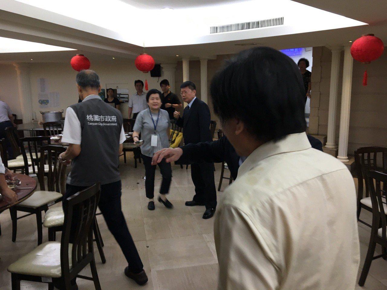 國民黨市議員詹江村(右)昨天中午遭前縣議員吳寶玉(中)突襲潑熱湯。記者張裕珍/攝...