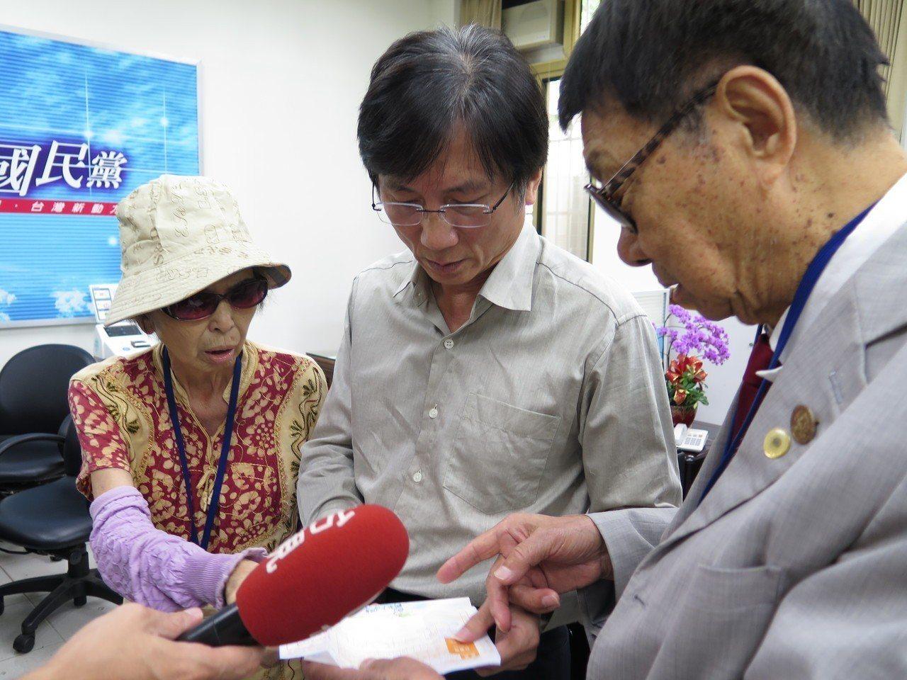 市議員詹江村(中)今天也與陳情人露面還原事件過程,表示吳寶玉自稱市政顧問,在外要...
