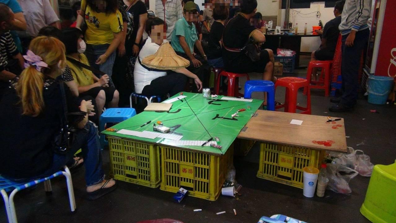 嘉義市第一警分局在一家歇業海產店查獲聚賭,警方突然進門,賭客一陣虛驚。圖/嘉義市...