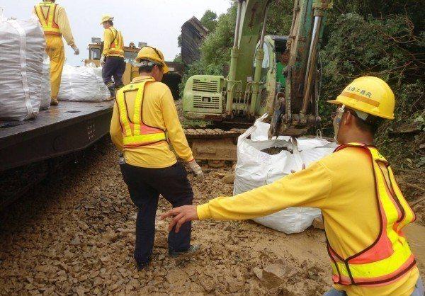 台鐵工務人員上午在南迴鐵路土石鬆落區搶修。圖/台鐵提供