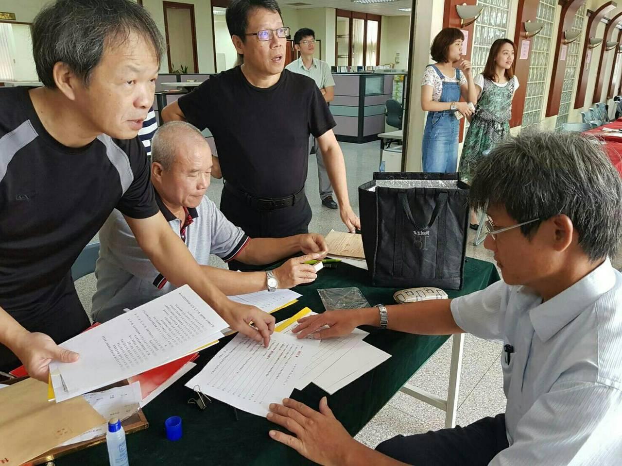 選舉登記來到第四天,牙醫師林佳瑜今天上午一早隻身前往縣選舉委員會登記參選雲林縣長...