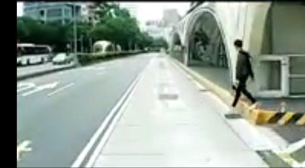 台中市公車專用道的公車行車記錄器 拍到男子穿越馬路跳到BRT月台,差點撞到公車。...