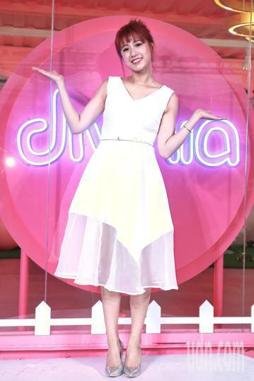 divinia蒂芬妮亞歡慶20週年,下午在華山樹前草地打造粉紅泡泡聚落,以「圈住青春、圈出煩惱」為主題推出快閃店,方志友以代言人身分現身,分享保養秘訣。