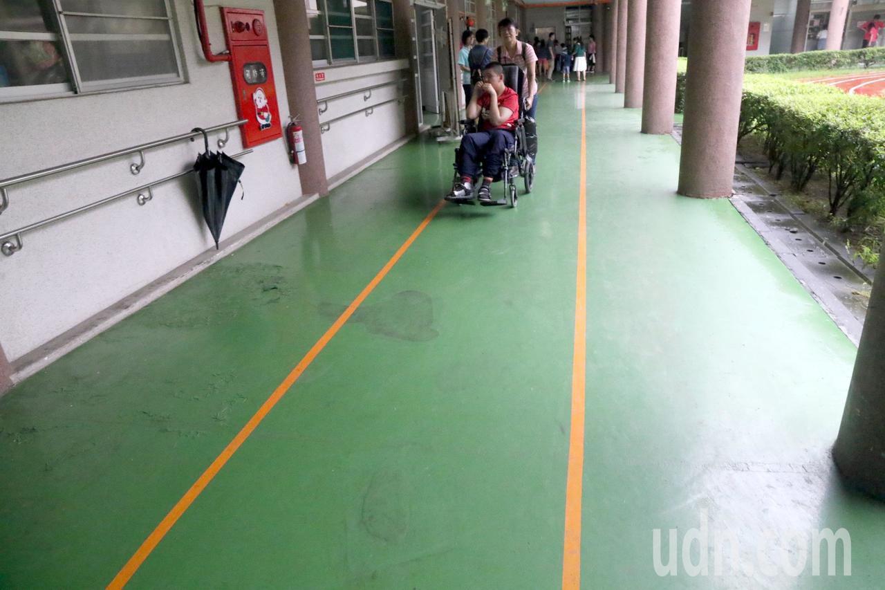 高雄特殊教育學校處處營造運動氛圍,大樓每樓層都劃上跑道線,學校准許學生在此跑步、...
