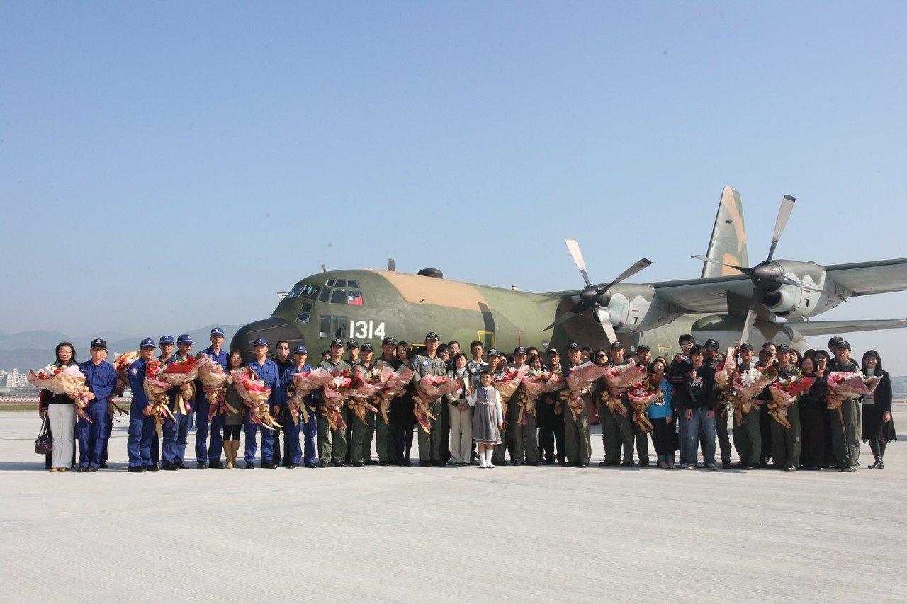 C-130由海地返國,國防部在松山機場安排家屬接機歡迎。圖/軍聞社資料照