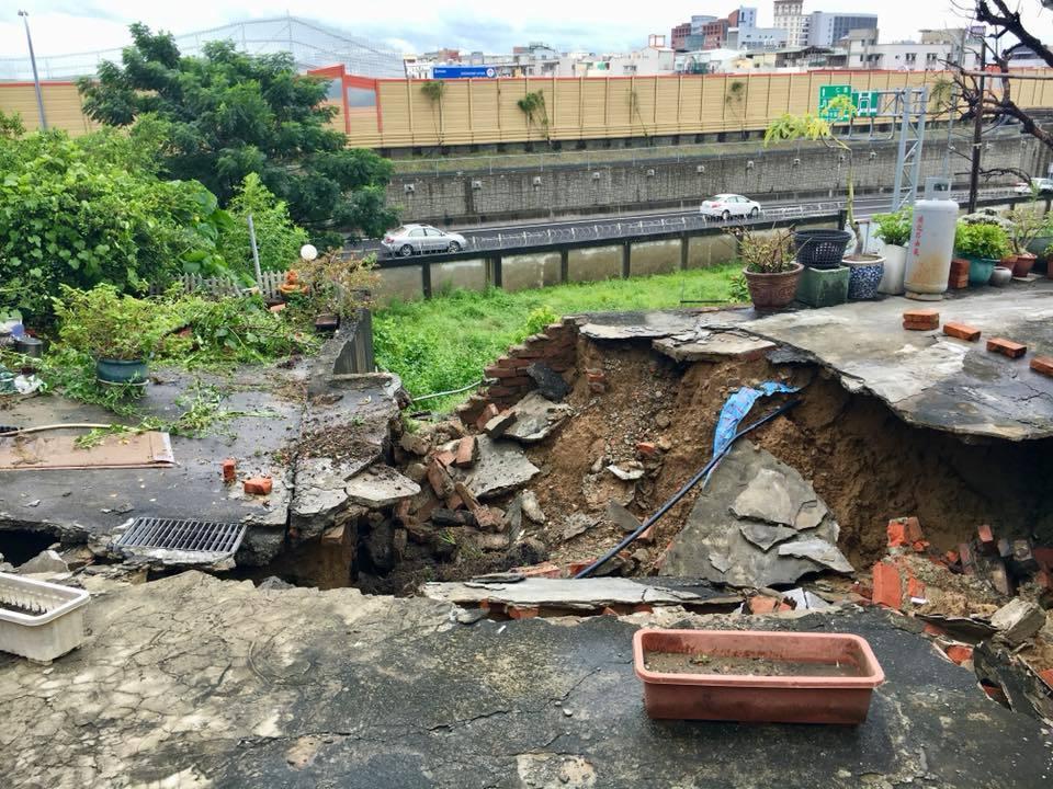 復興路56巷7弄陸續傳出路面掏空的情形,永康復興里長李鎮國表示,目前塌陷部分已經...
