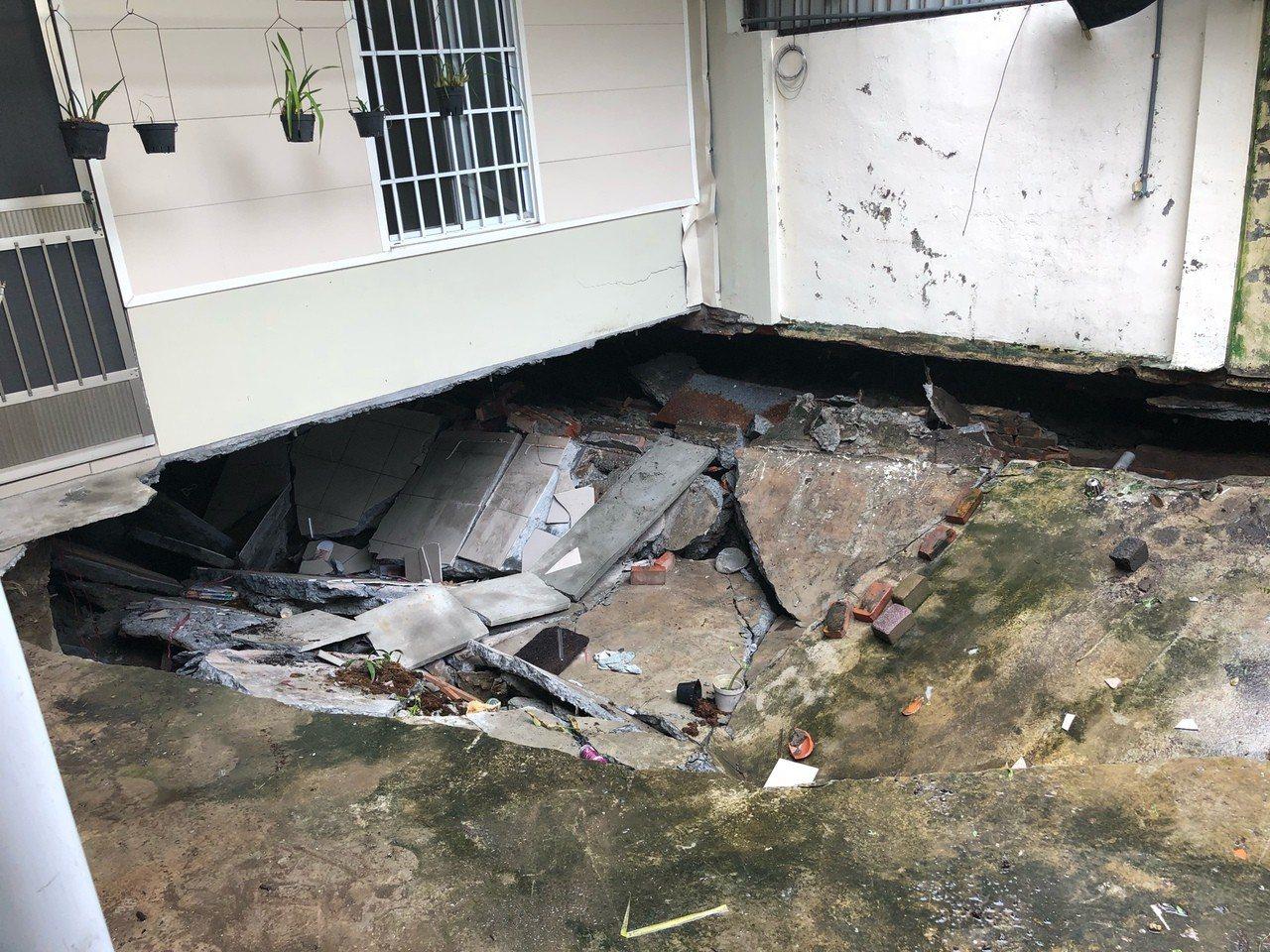 永康區中華路218巷社區地下蓄水池撐爆災情,地面出現長寬各約3公尺的大窟窿。圖/...