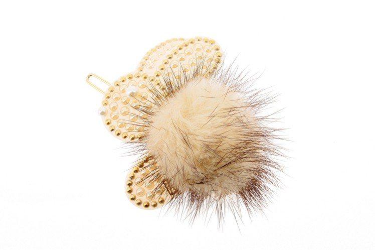 白色小雪兔豆扣夾,5,800元。圖/亞歷山卓提供