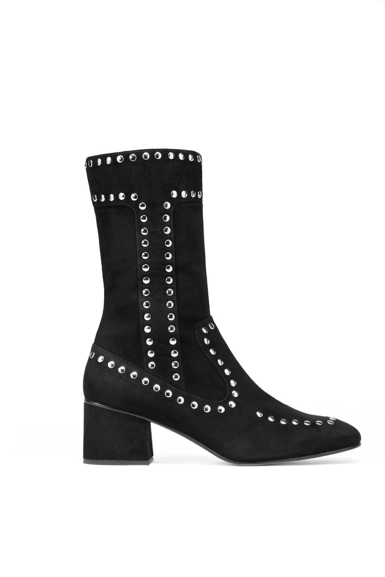 鉚釘皮革靴款,售價27,800元。圖/COACH提供