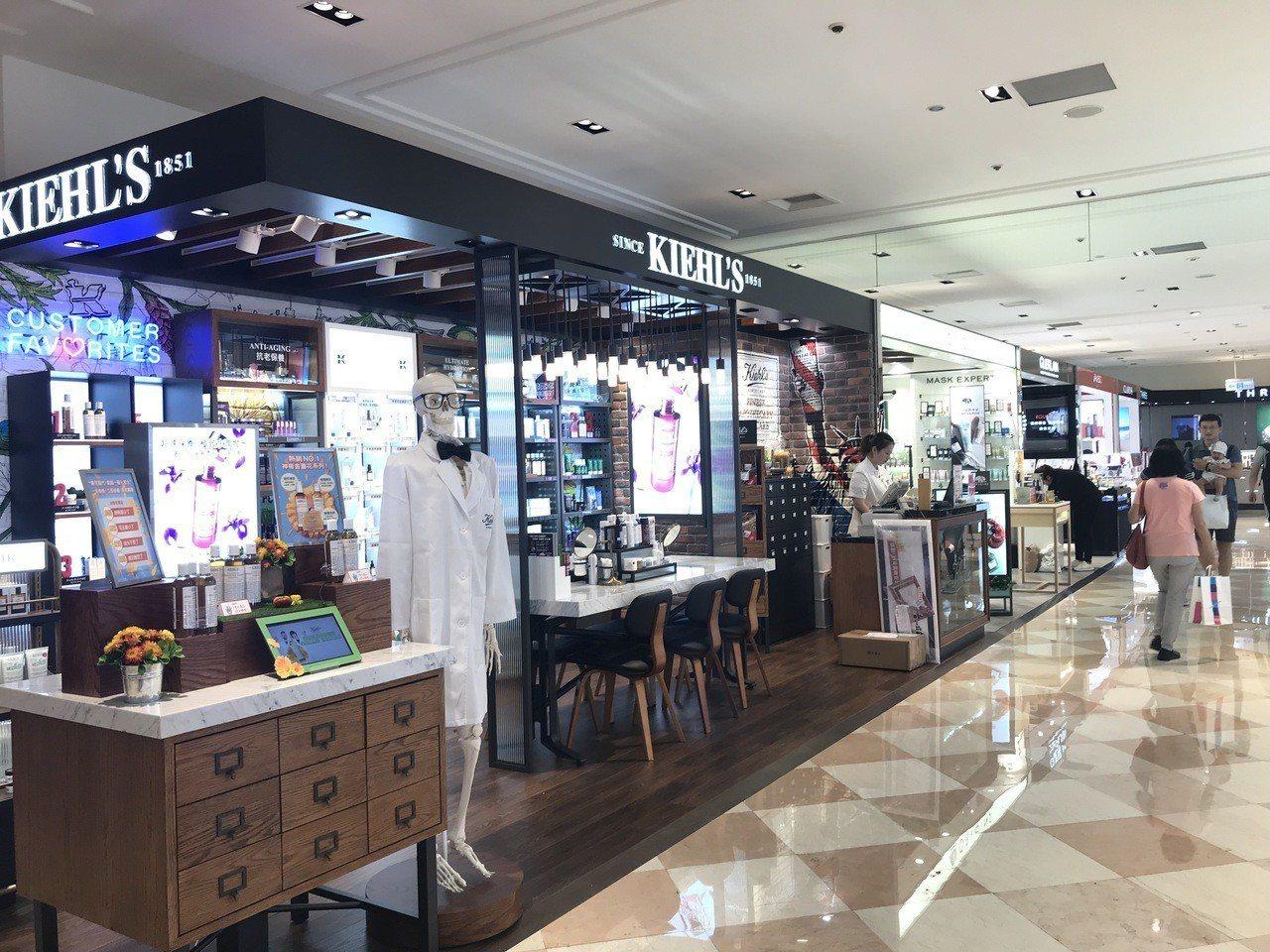 新光三越台北站前店ㄧ樓改裝,空間感變得明亮寬敞。記者江佩君/攝影